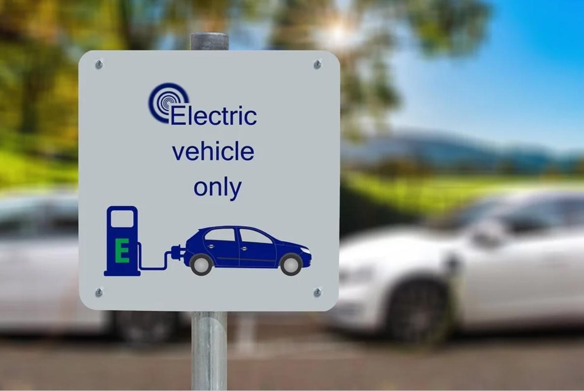 Cartello indicazione in inglese per ricarica auto elettriche