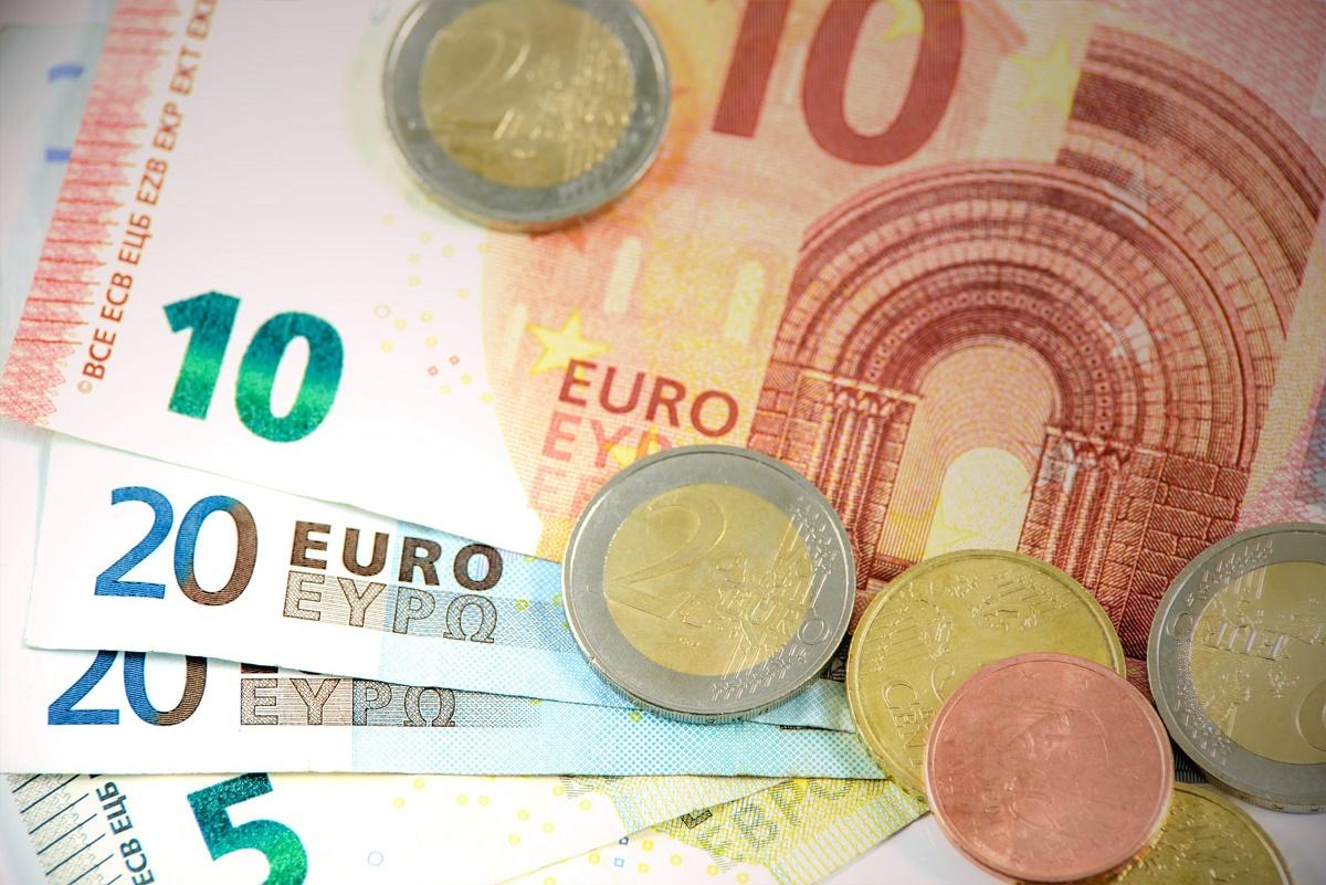 Immagini di banconote e monete in euro