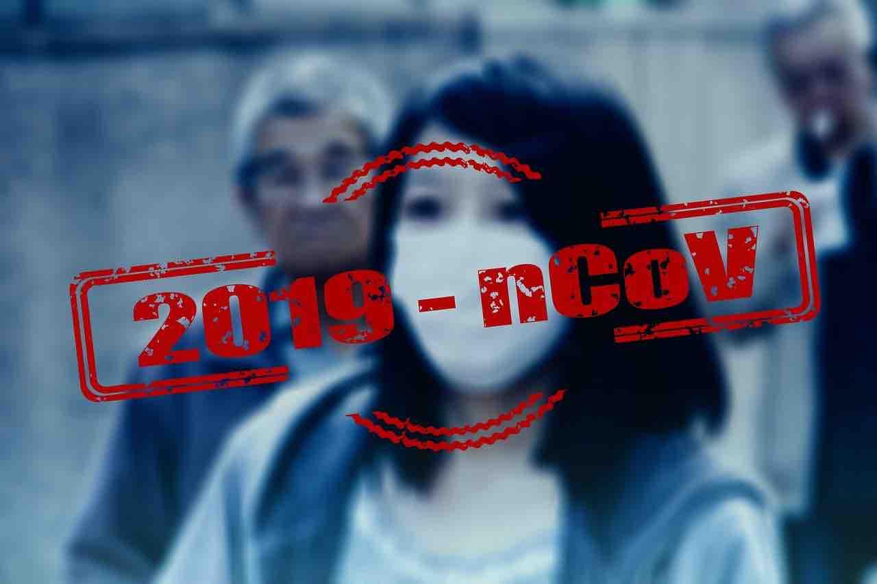 Cinese con mascherina anti-coronavirus