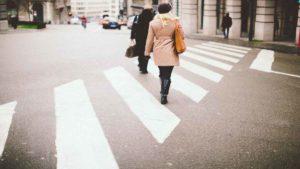Multa pedoni che attraversano col rosso: quando scatta e per