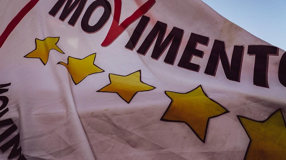 Bandiera 5 stelle, sondaggi politici analisi politica