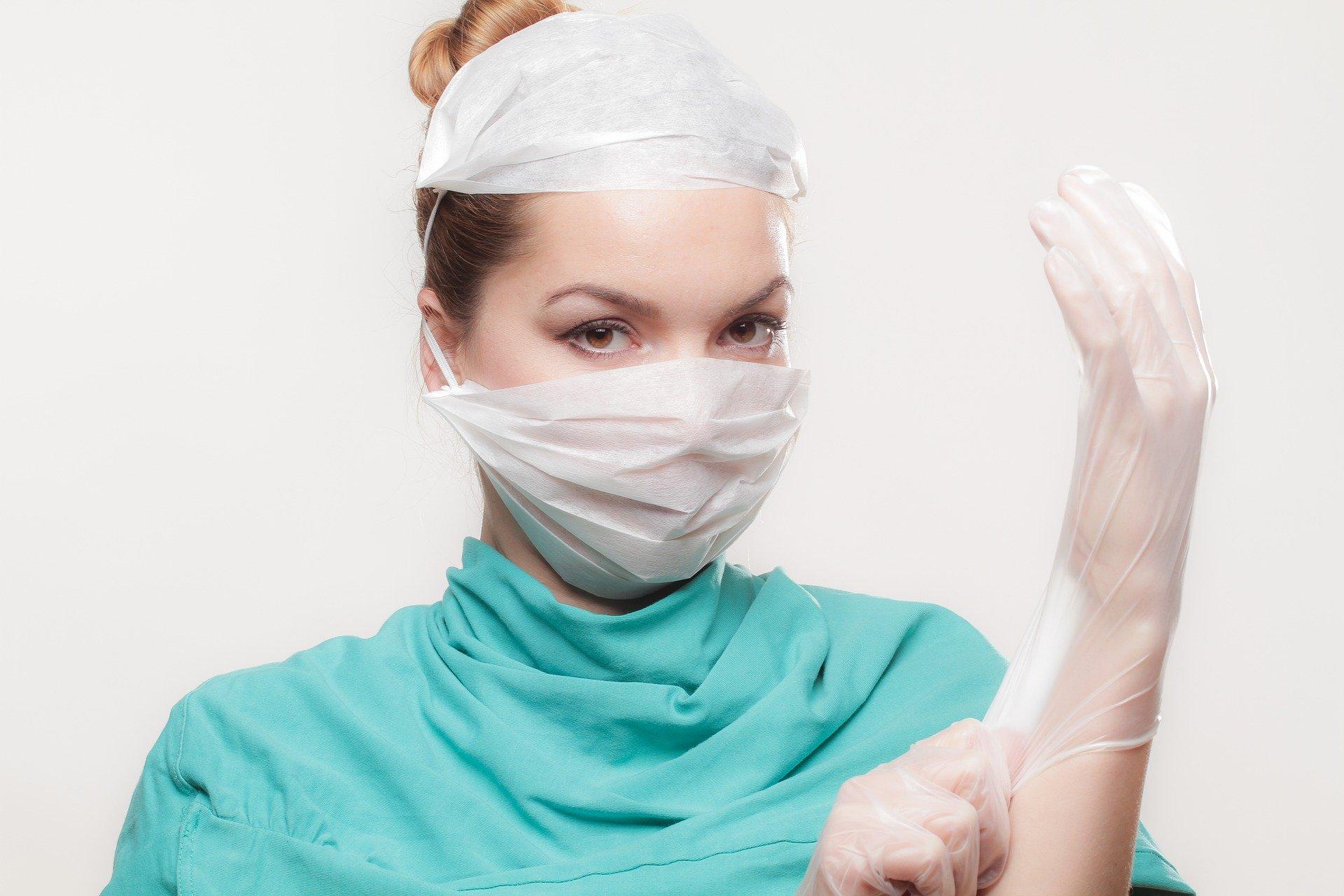 infermiera che indossa i guanti