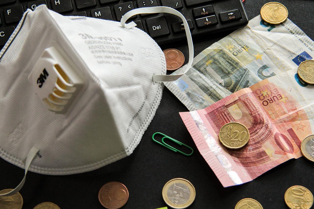 mascherina anti-covid19 e spiccioli d'euro
