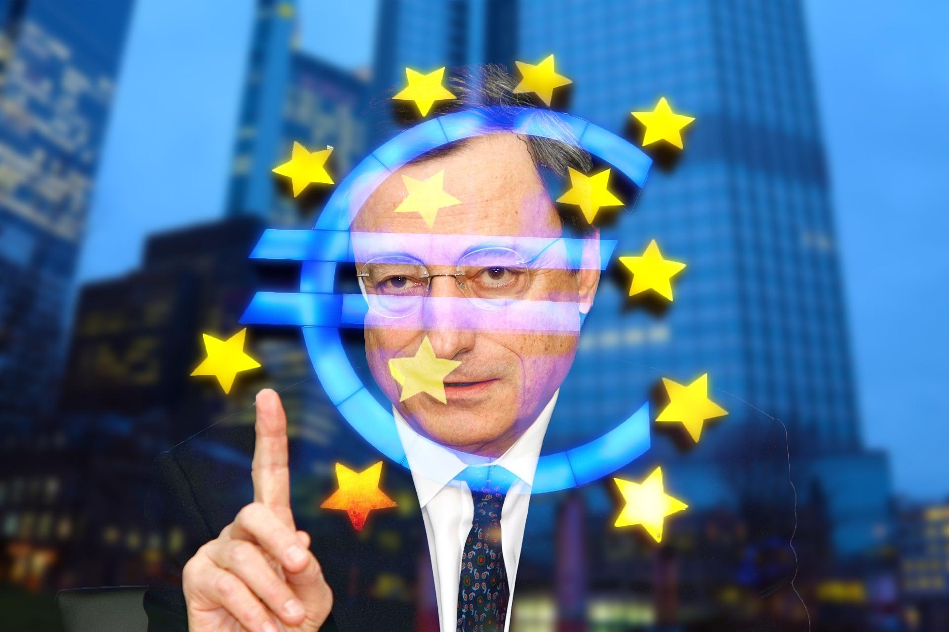 Mario Draghi e simbolo dell'euro, con il palazzo della BCE alle spalle