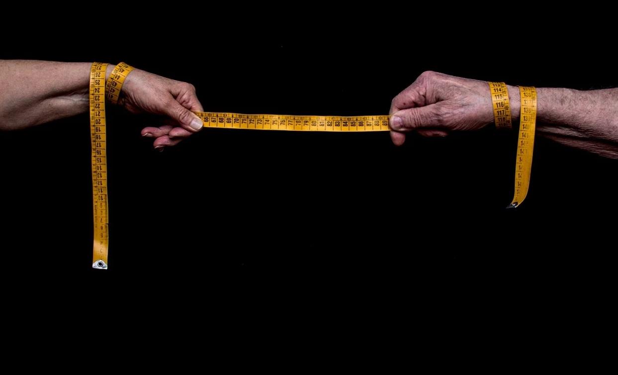 Due mani con un metro aperto