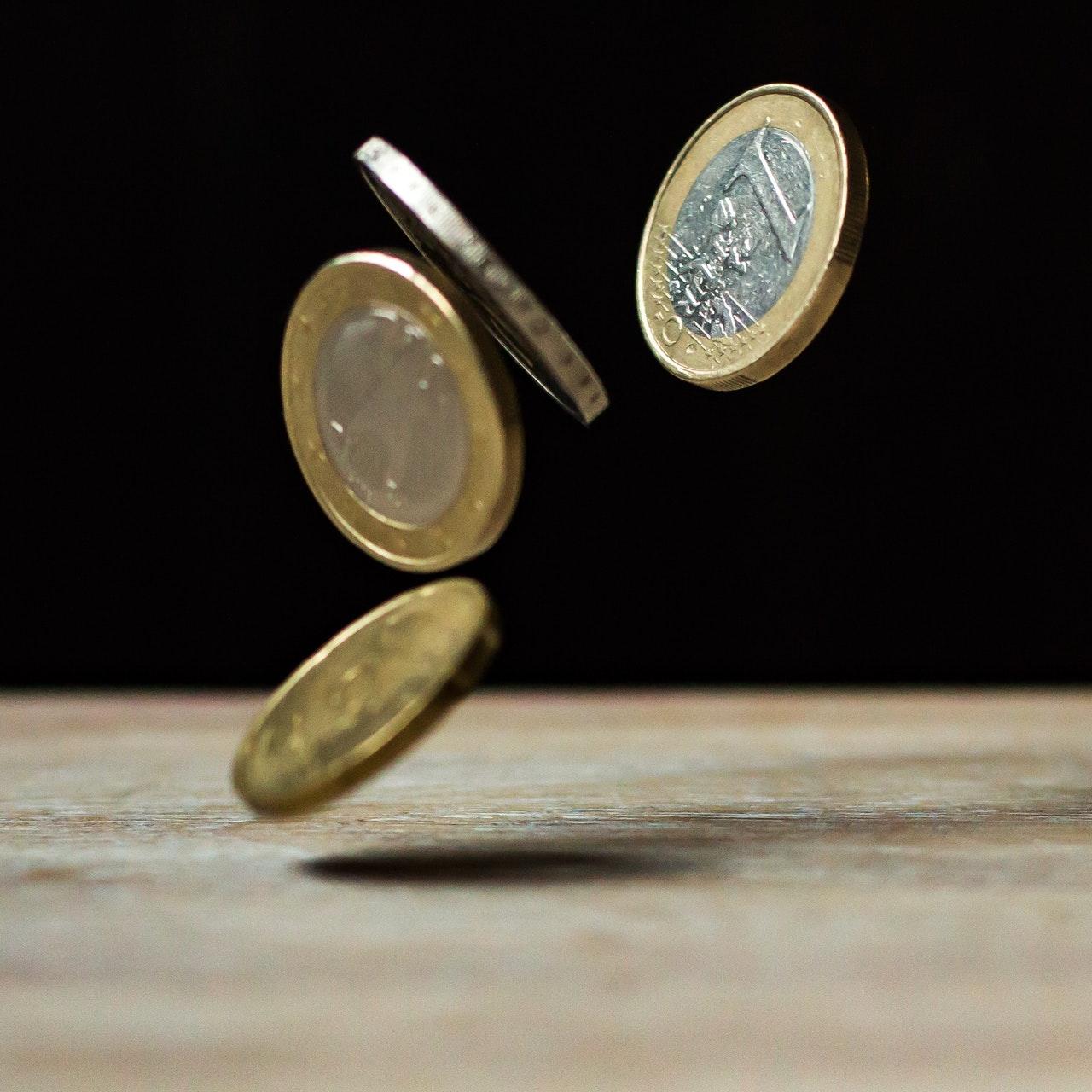 monete da un euro che cadono verso terra