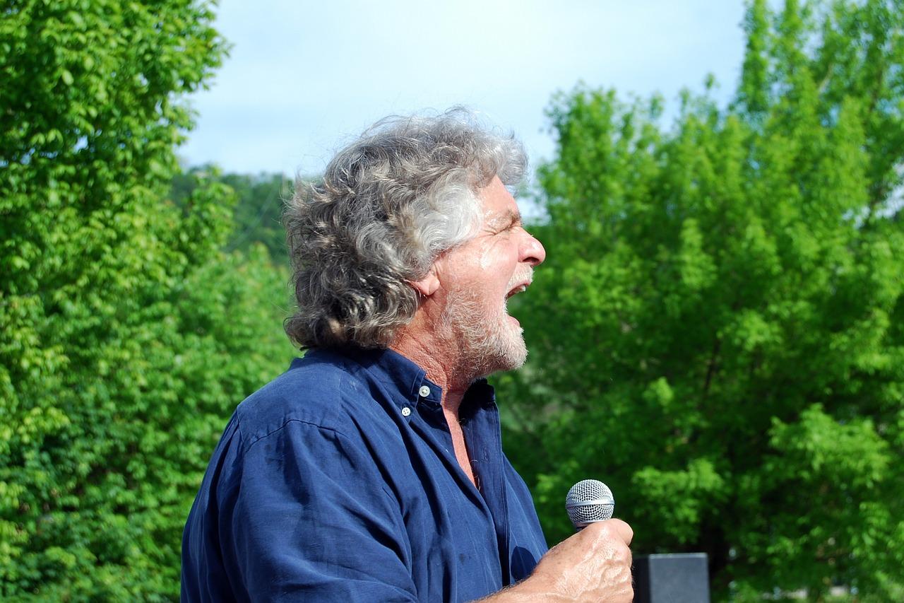 Beppe Grillo in Val di Susa mentre arringa gli attivisti