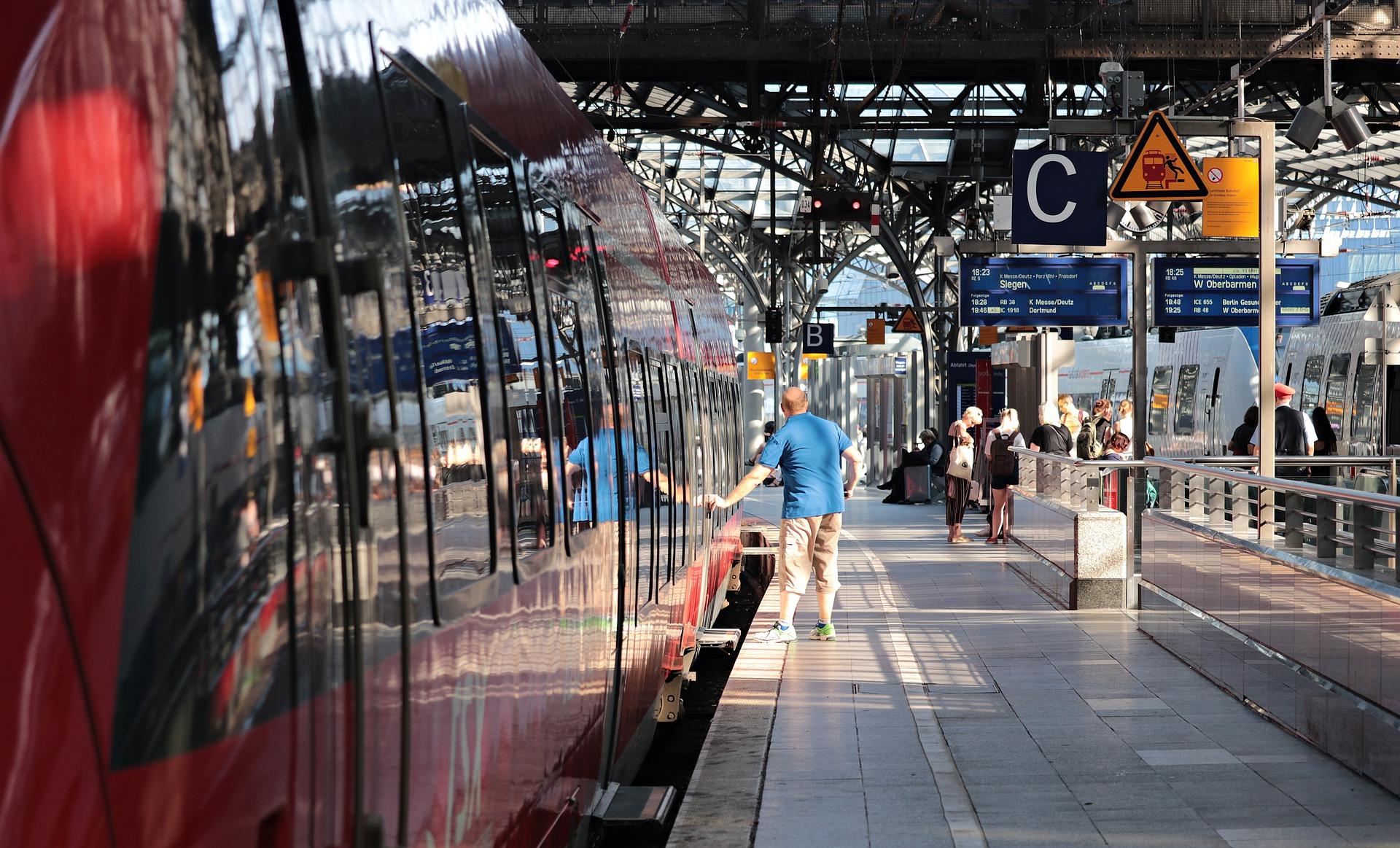 Passeggero in procinto di prendere un treno Italo