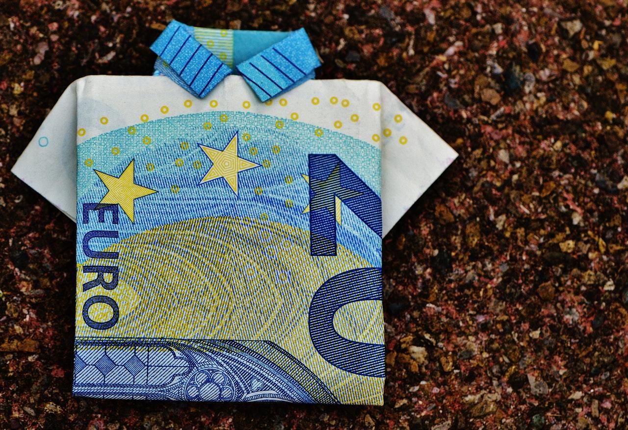 banconota da venti euro a mo' di camicia
