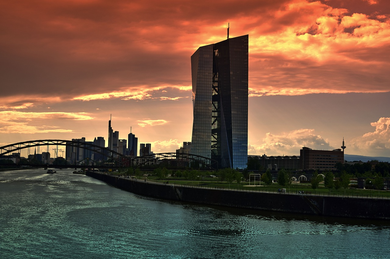 BCE a Francoforte sul Meno al tramonto
