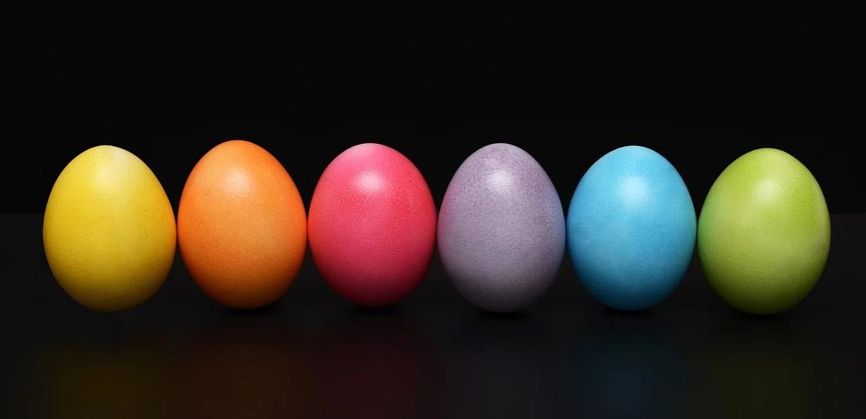 Uova colorate su sfondo nero