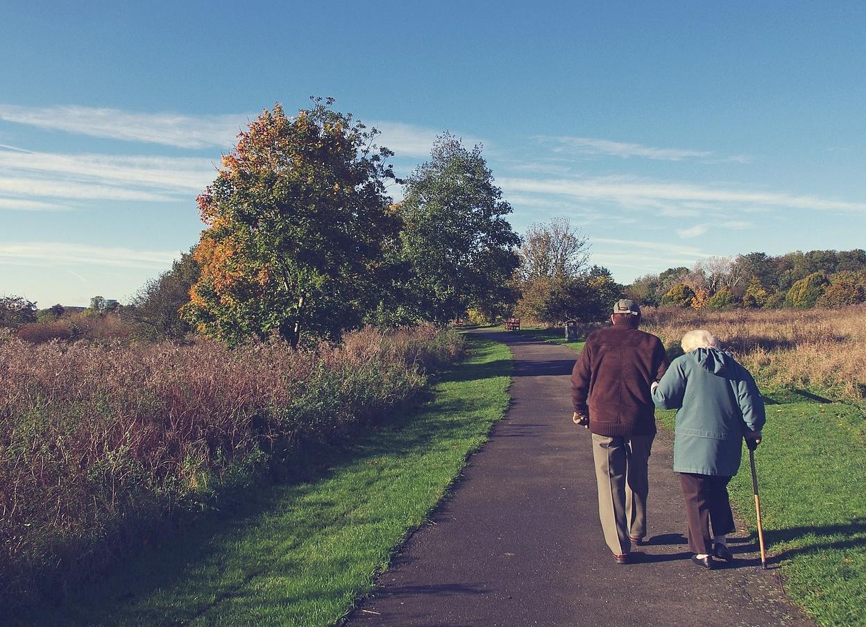 Coppia di anziani fotografata di spalle
