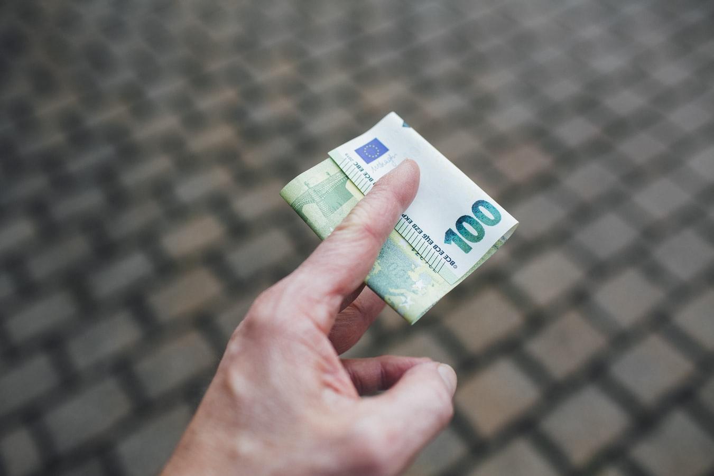 Mano con una banconota da 100 euro