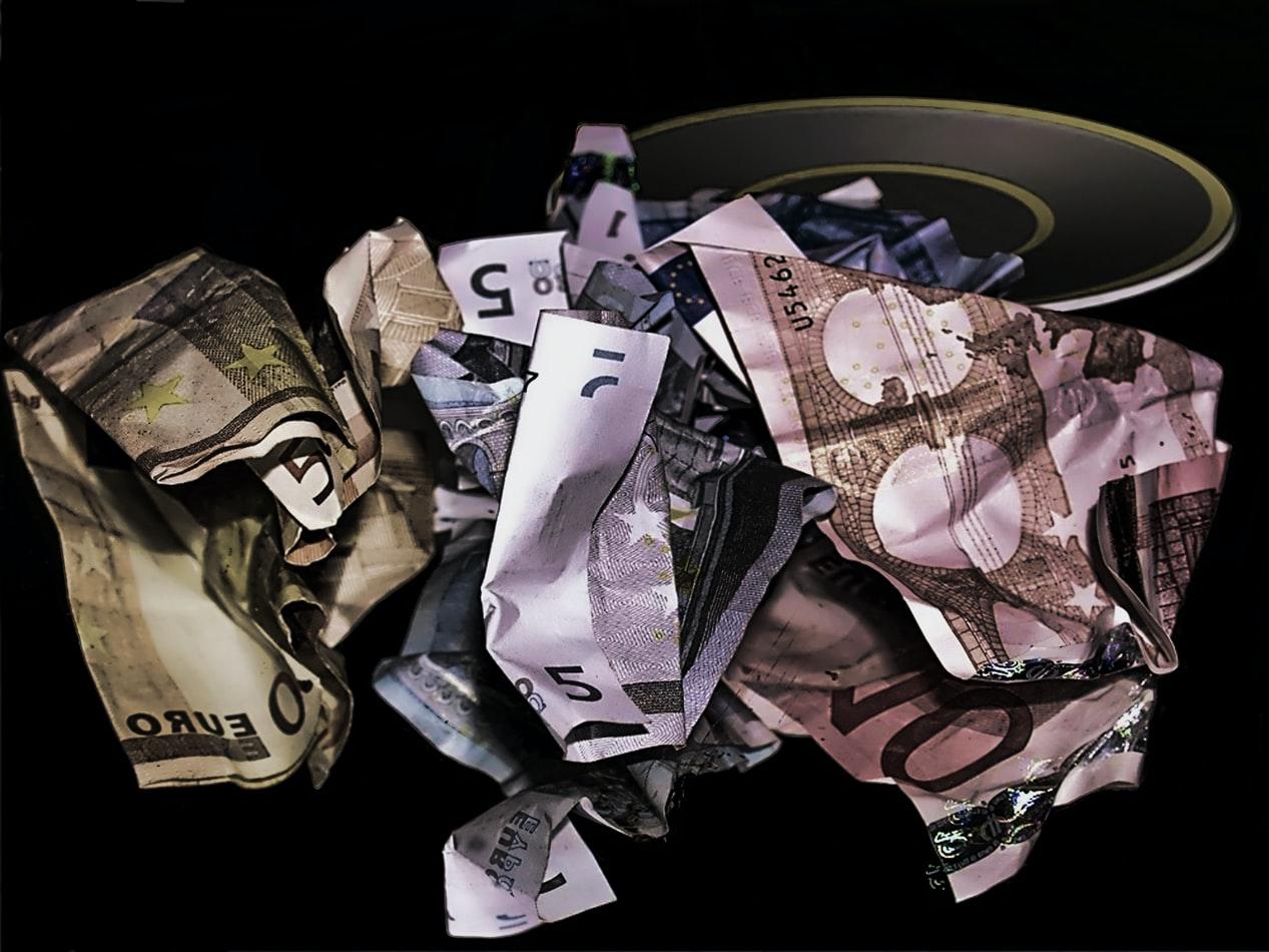 Banconote in euro accartocciate