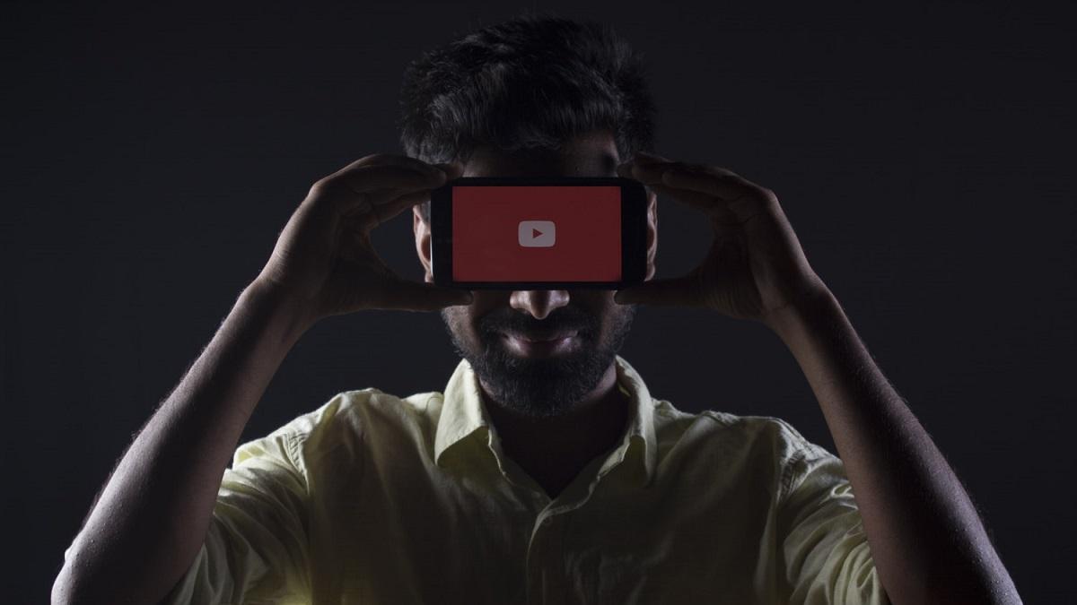 VivaRaiPlay - ragazzo con smartphone