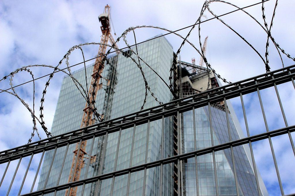 grattacielo della Bce circondato da filo spinato