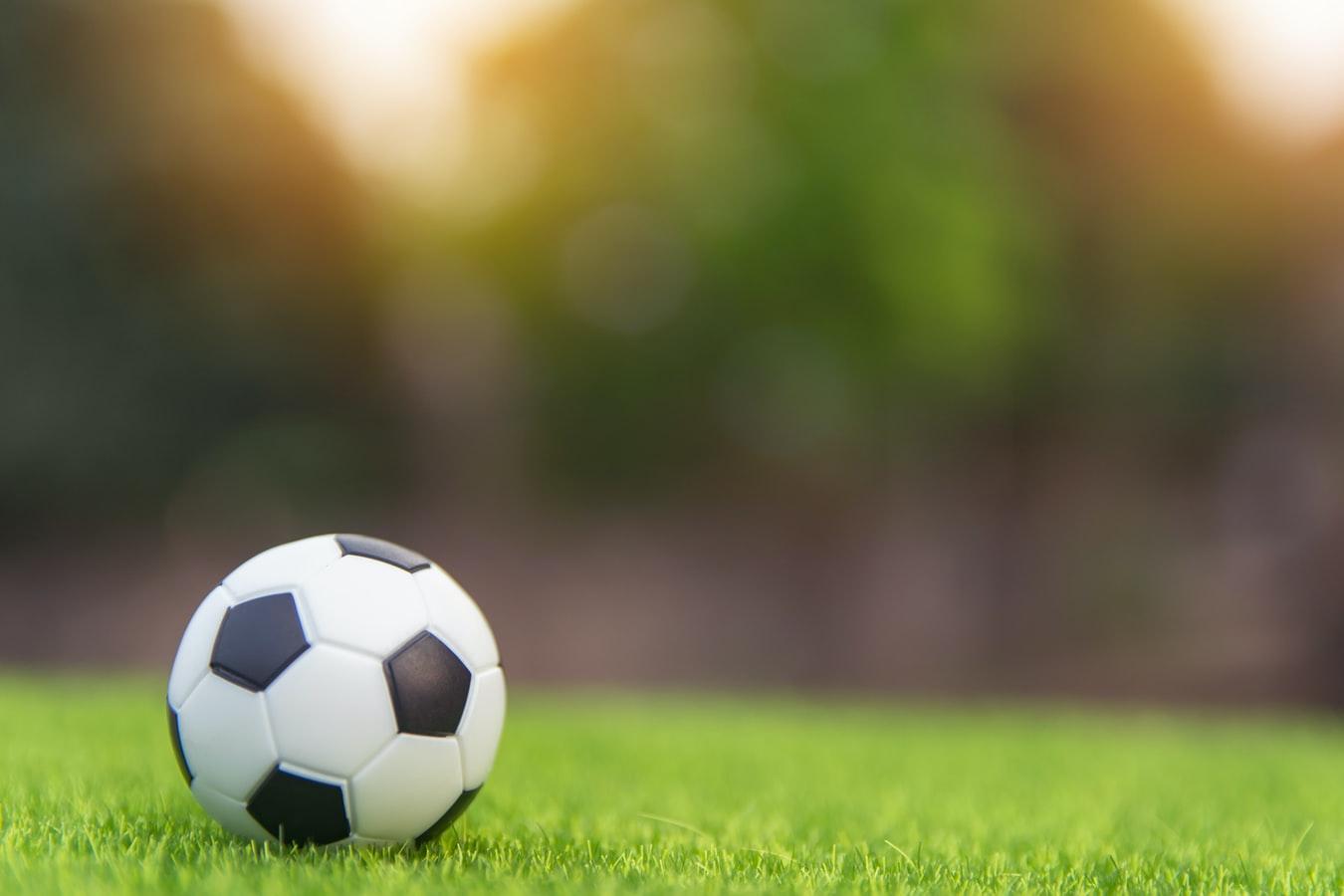 Pallone su erba di un campo di calcio
