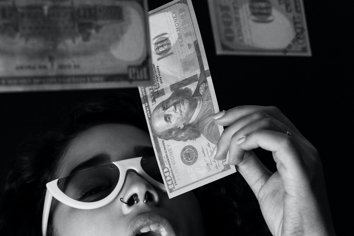donna contenta per l'estrazione di una banconota