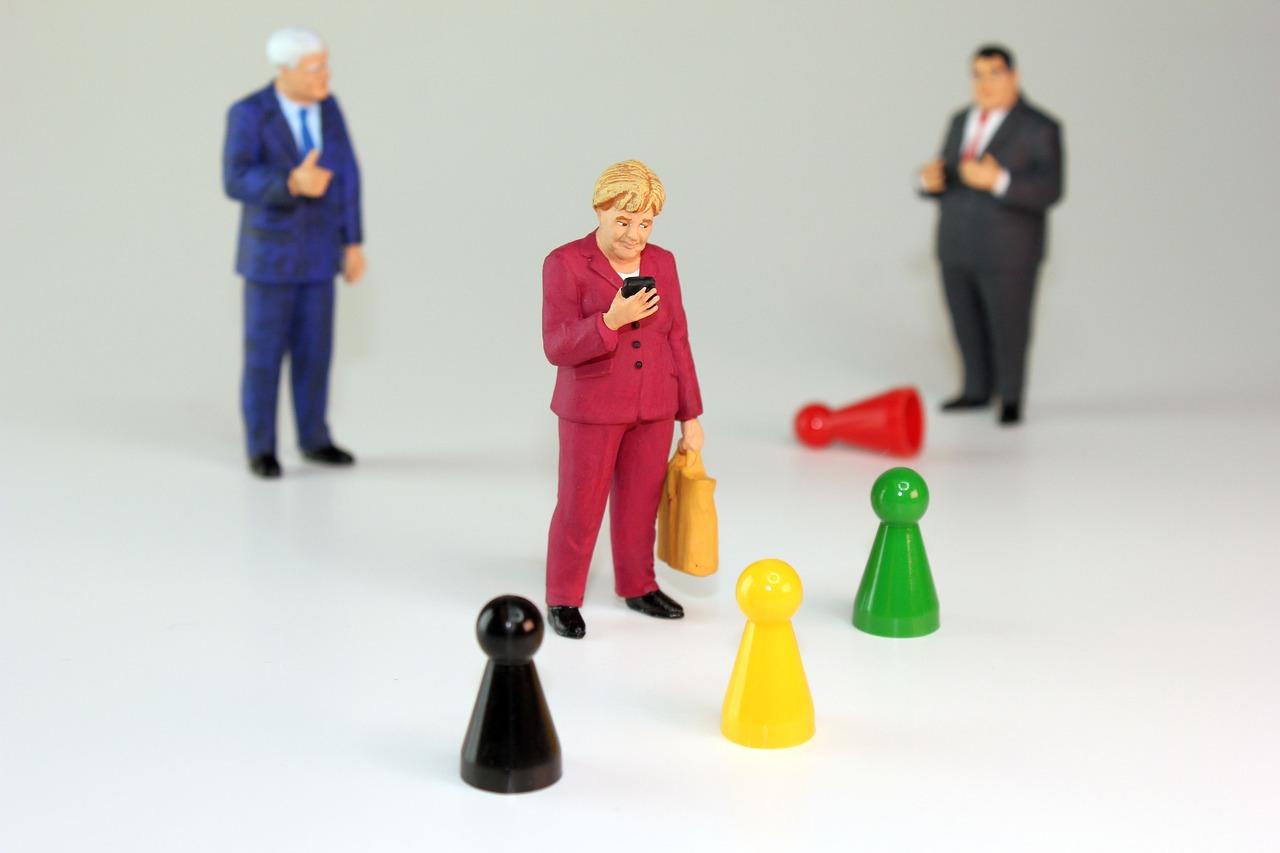 fantocci di Merkel e altri Premier europei con davanti i birilli