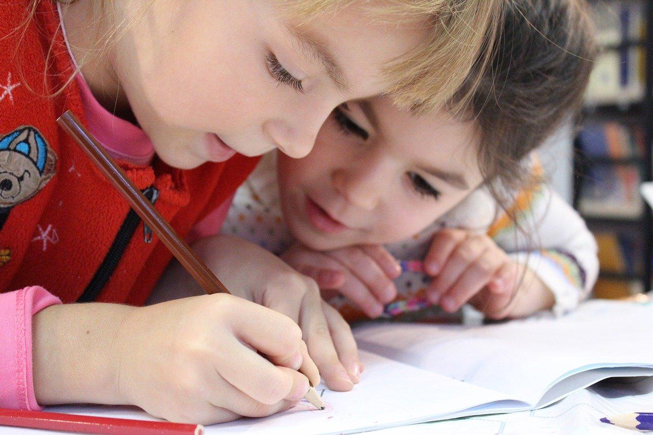 Mascherine obbligatorie a scuola per i bambini: limite età e regolamento