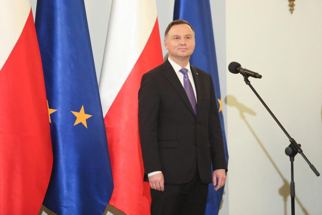 Duda con bandiere della Polonia e dell'Unione Europea