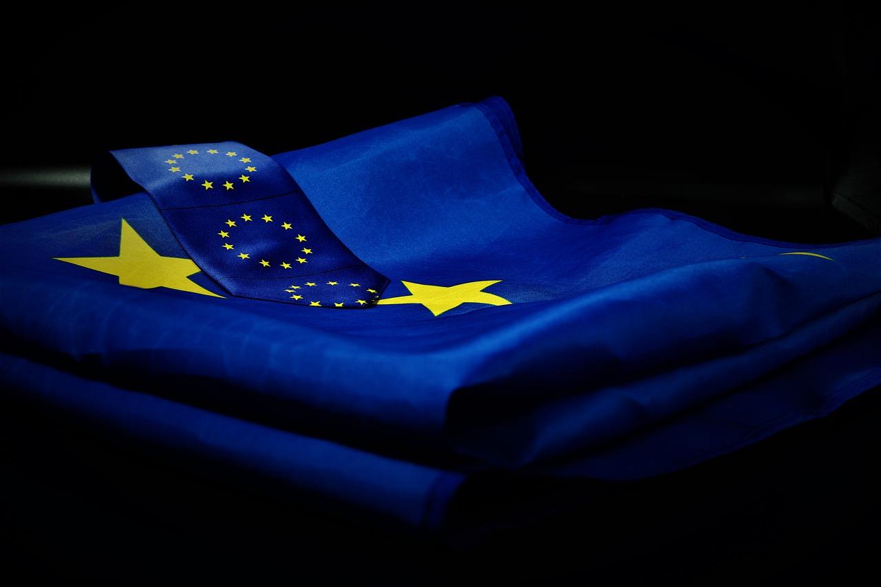 bandiera europea e cravatta abbinata