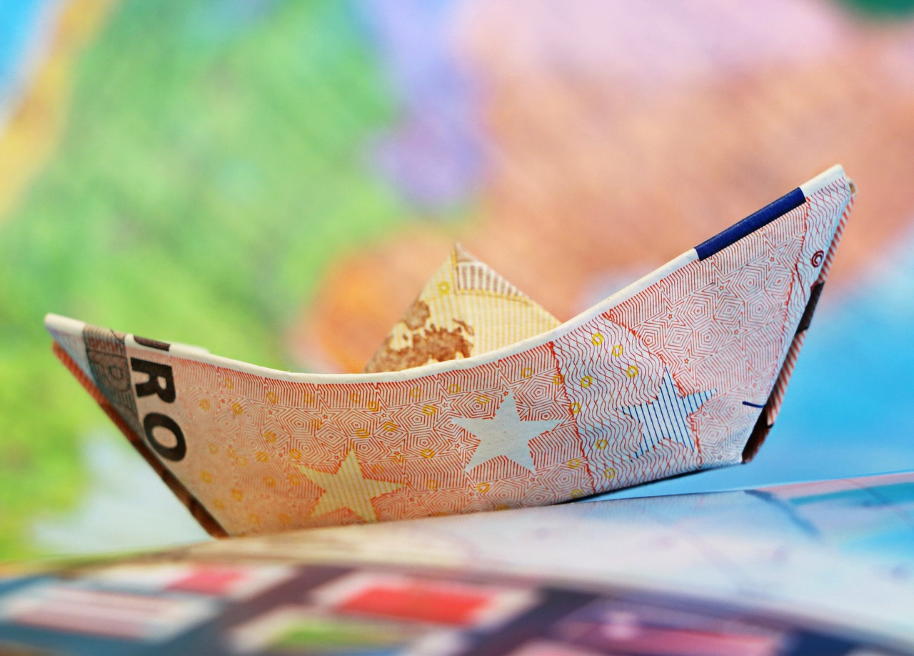 Una banconota da 50 euro a forma di barchetta