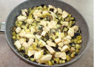 Bocconcini di pollo con patate, funghi e melanzane