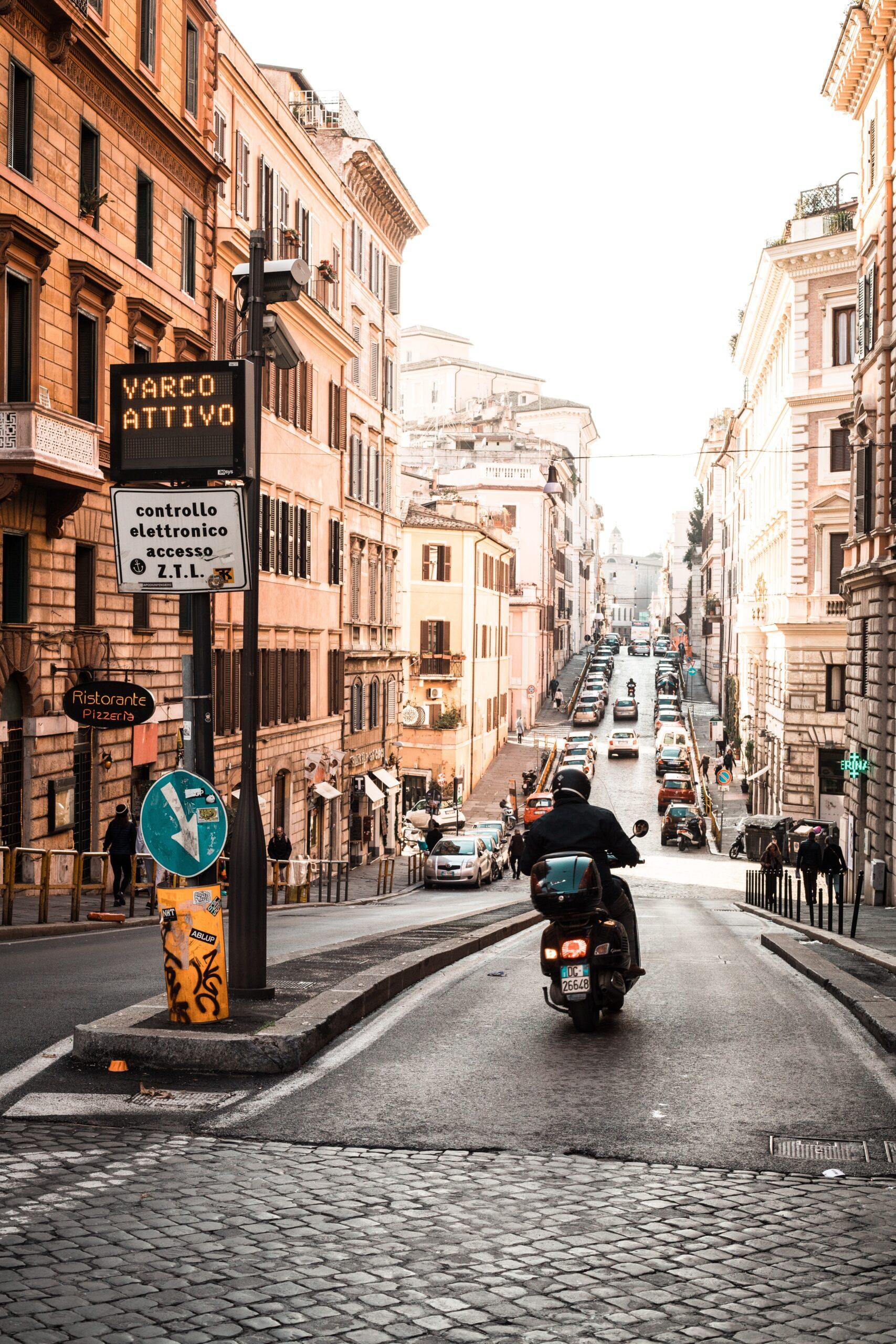 """motociclista a Roma entra in centro grazie al """"varco non attivo"""""""