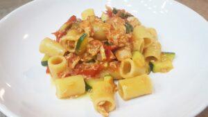 Pasta al tonno con zucchine e pomodorini