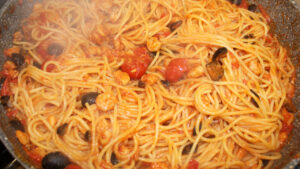 Spaghetti tonno olive e gamberetti