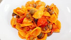 Pasta con pancetta olive e pomodorini