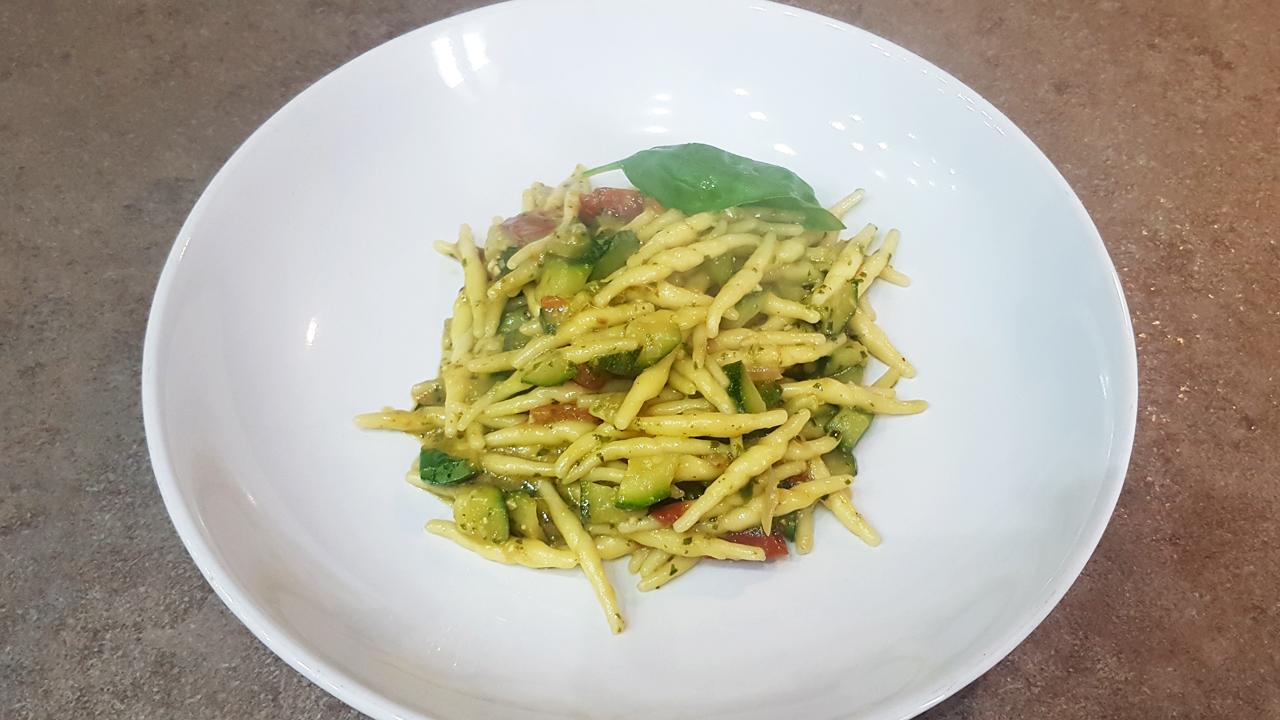 Trofie pesto zucchine e pomodorini