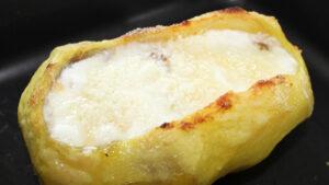 Patate farcite con salsiccia e formaggio al forno