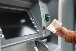Come prelevare senza pin: bancomat o postamat, quando è possibile