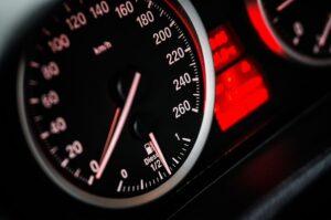 Guida pericolosa e rischi connessi: si può denunciare?