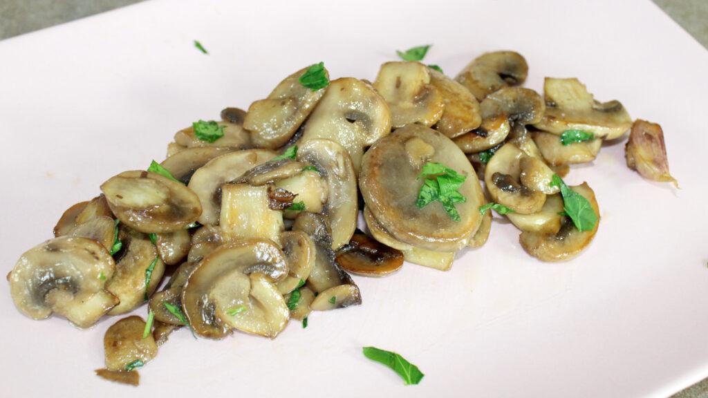 Funghi champignon trifolati in padella