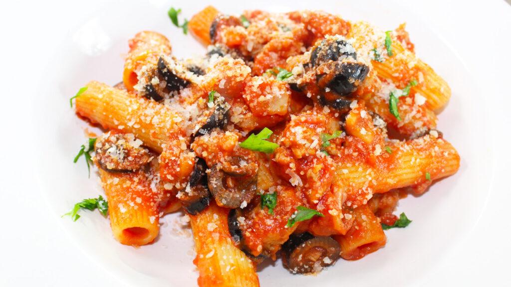 Rigatoni salsiccia pomodoro e olive